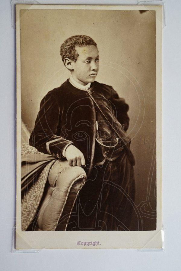 Photographer: A.G. Tod, Cheltenham. Buste d'Alämayyähu Tewodros (1860-1879), fils de Tewodros II, circa 1868-1879.